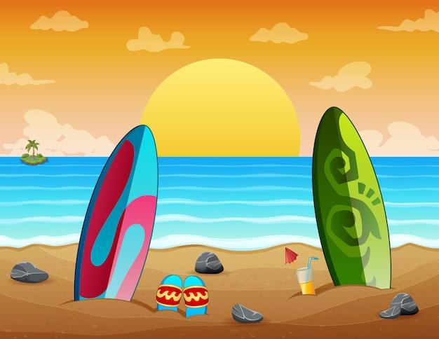 Vacaciones de verano puesta de sol playa escena con tablas de surf en arena