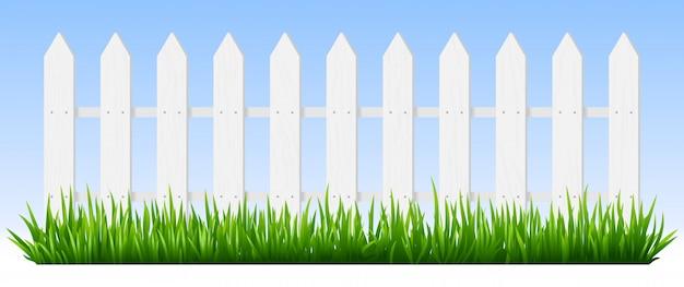 Valla de madera realista. la hierba verde en la cerca de piquete de madera blanca, fondo del jardín de la sol, plantas frescas confina el ejemplo del seto. fondo horizontal del paisaje rural de primavera con esgrima