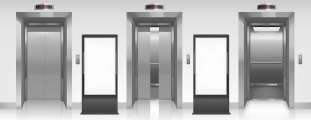 Vallas publicitarias en blanco y puertas de ascensor en el pasillo