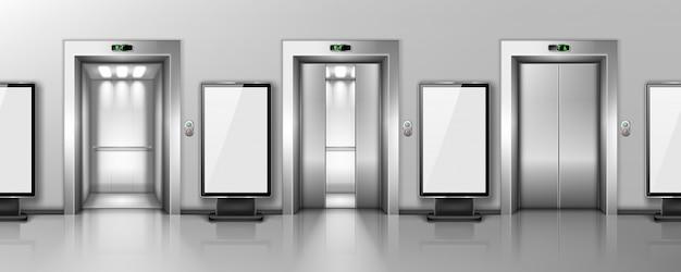 Vallas publicitarias y puertas de ascensores en el pasillo de la oficina