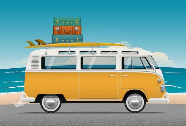 Van camper bus con tabla de surf y equipaje en el techo