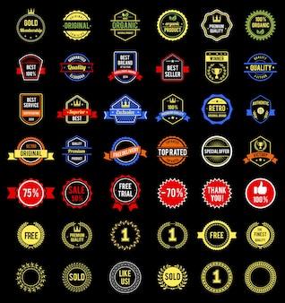 Varias insignias y etiquetas.