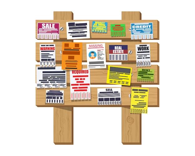 Varios anuncios de papel en el tablón de anuncios