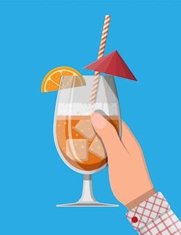 Vaso de bebida fría, alcohol cóctel en la mano.