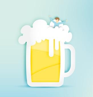 Vaso de cerveza con burbuja y hombre divertido en la ilustración de vector de estilo de corte de papel