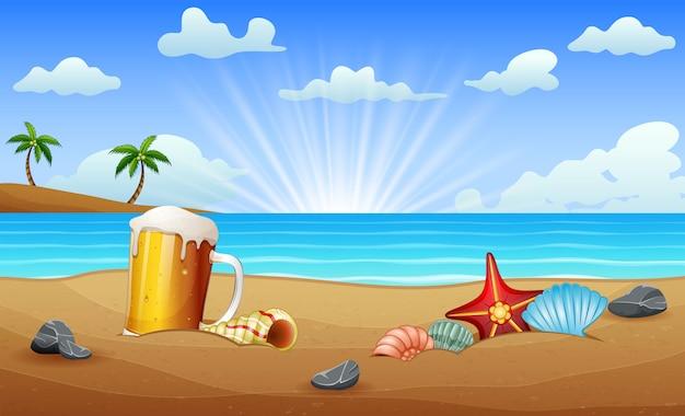 Un vaso de cerveza y concha estrella de mar en la arena del mar