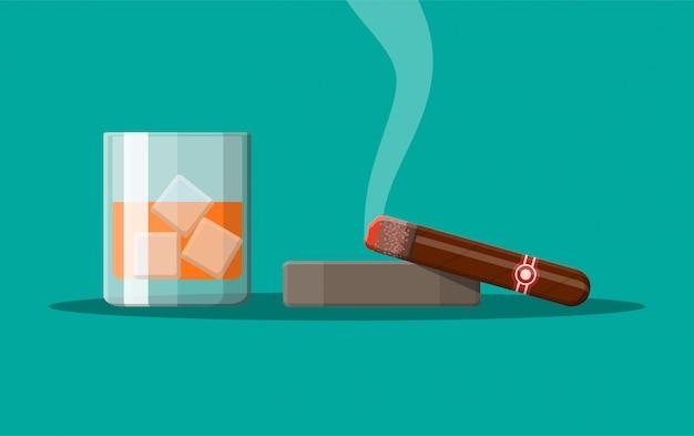 Vaso de whisky con cigarro