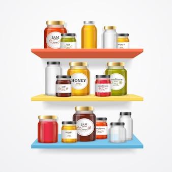 Vasos de mermelada en el estante. frascos con etiquetas