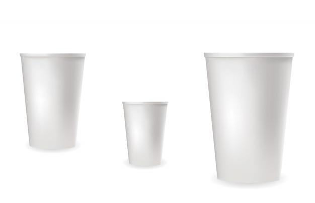 Vasos de plástico blanco realista para bebidas frías y calientes.