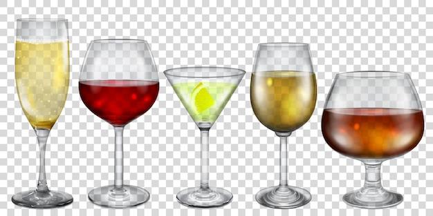 Vasos transparentes y copas con diferentes bebidas.