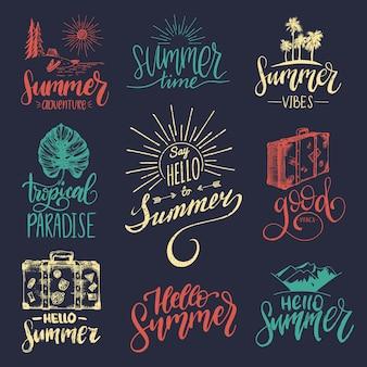 Vector conjunto de letras a mano con bocetos y frases motivacionales de verano. colección de citas inspiradoras de caligrafía. iconos de viaje.