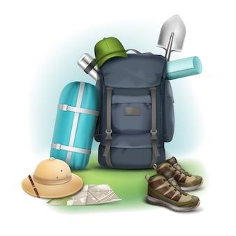 Vector cosas de camping gran mochila azul, sombrero de safari, gorra verde, zapatillas, mapa, saco de dormir, termo y pala en el fondo