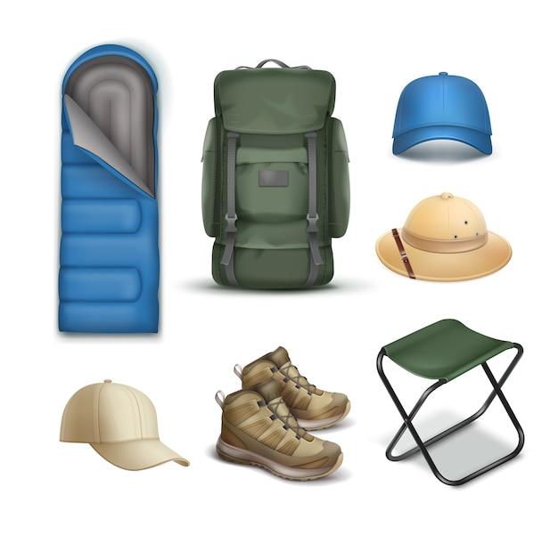 Vector cosas de camping gran mochila verde, sombrero de safari, gorra azul y beige, zapatillas de deporte, saco de dormir y silla plegable aislada sobre fondo blanco