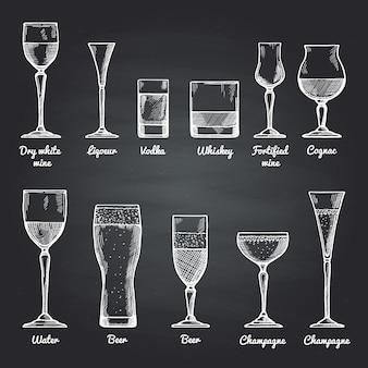 Vector los ejemplos de los vidrios de consumición alcohólicos en la pizarra negra. dibujos vectoriales