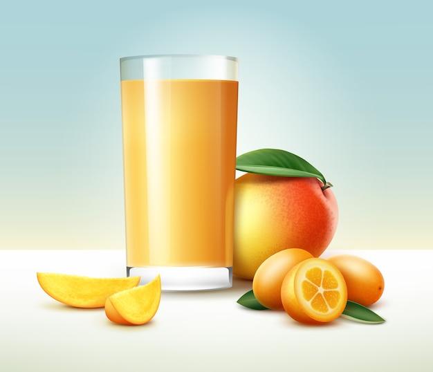 Vector entero y medio kumquat cortado, mango con vaso de jugo aislado sobre fondo