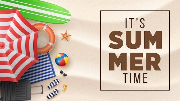Vector ilustración de vacaciones de verano con pelota de playa, hojas de palma, tabla de surf y letra de tipografía en arenas de playa.