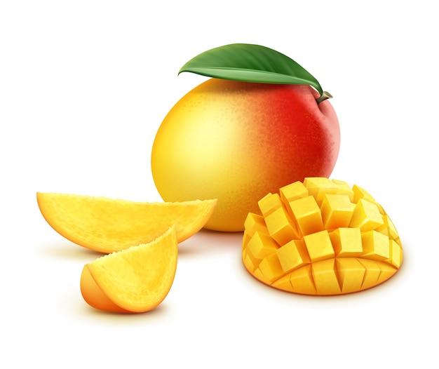 Vector maduro amarillo, naranja, rojo entero y cubos de mango en rodajas con hojas aisladas sobre fondo blanco.