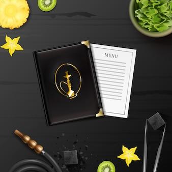Vector plano de cachimba con tabaco shisha en un tazón, carbón, pinzas, menú, manguera y rodajas de kiwi, piña, carambola en la vista superior de la mesa de madera negra