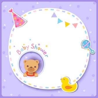 Vector de tarjeta de baby shower con lindo oso y marco sobre fondo púrpura.