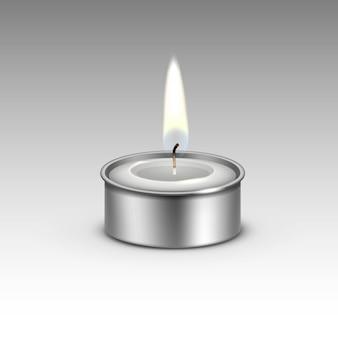 Vela en el candelabro de metal llama de luz de fuego.