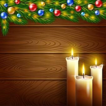 Velas navideñas y fondo de madera.