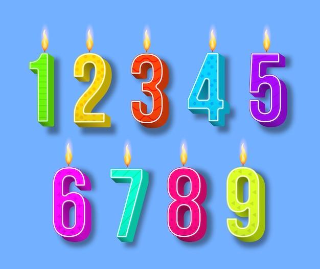 Velas de pastel de celebración, luces encendidas, números de cumpleaños y velas de fiesta. velas de cumpleaños de diferentes colores con llamas ardientes. números de dibujos animados.