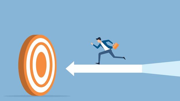 Velocidad de empresario corriendo al objetivo