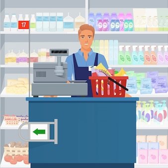 Vendedor hombre cajero de pie en la caja en el supermercado.