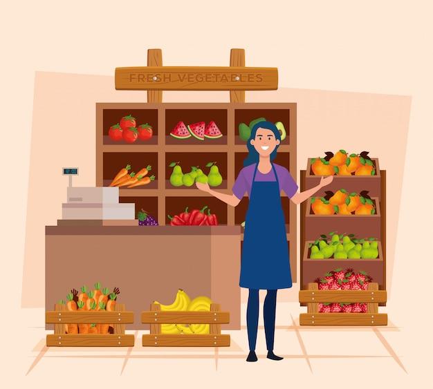 Vendedora con delantal y frutas y verduras frescas