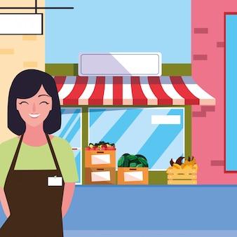 Vendedora con edificio de fachada de tienda de frutas
