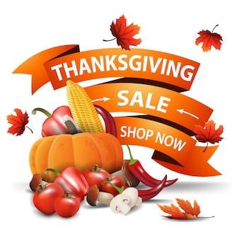 Venta de acción de gracias, banner web en forma de cinta naranja con hojas de otoño y cosecha de otoño