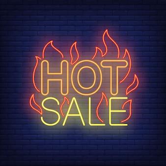 Venta caliente con letrero de neón de llamas.