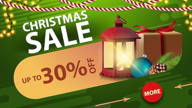 Venta de navidad, hasta un 30% de descuento, pancarta de descuento verde con guirnalda, botón, regalo, linterna vintage y rama de árbol de navidad