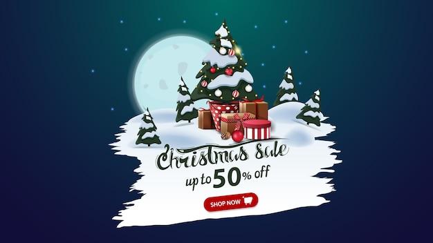 Venta de navidad, hasta 50 de descuento, banner de descuento con gran luna llena, bosque de pinos y árbol de navidad en una maceta con regalos
