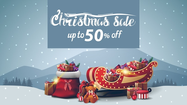 Venta de navidad, hasta 50% de descuento, pancarta de descuento con paisaje gris de invierno, bolso de santa claus, trineo de santa con regalos y regalo con osito de peluche