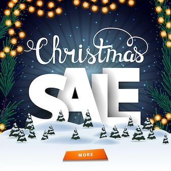 Venta de navidad, banner de descuento cuadrado con paisaje de invierno, cielo estrellado, botón y grandes lenners blancos detrás de ventisqueros