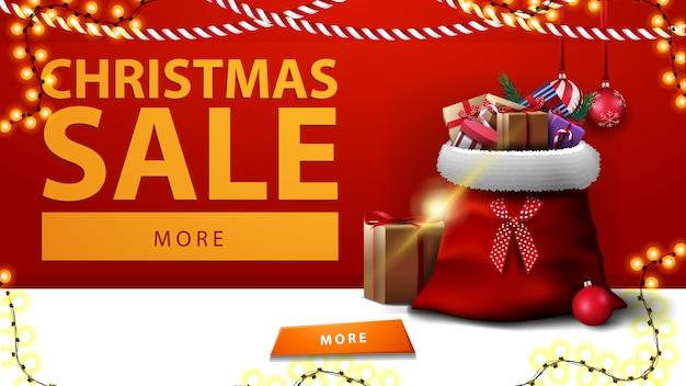 Venta de navidad. banner de descuento horizontal con bolsa de santa claus con regalos cerca de la pared roja