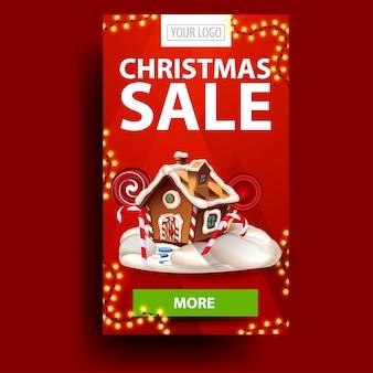 Venta de navidad, banner de descuento rojo vertical con guirnalda, botón y casa de pan de jengibre de navidad
