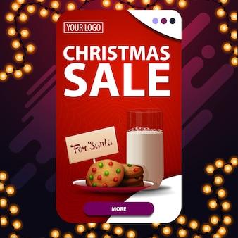 Venta de navidad, banner de descuento vertical rojo con botón y galletas con un vaso de leche para santa claus