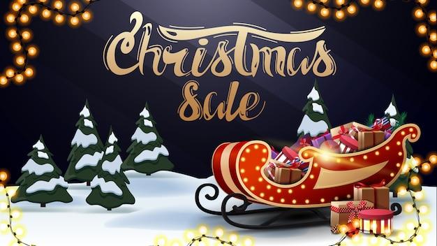 Venta de navidad, hermoso banner de descuento oscuro y azul con letras doradas, bosque de invierno de dibujos animados y trineo de santa con regalos