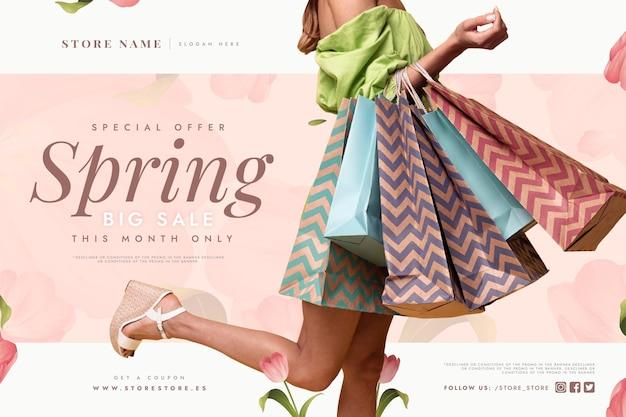 Venta de primavera con mujer sosteniendo bolsas de la compra.