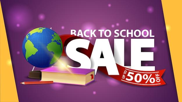 Venta de regreso a la escuela, banner web púrpura con globo y libros de texto escolares