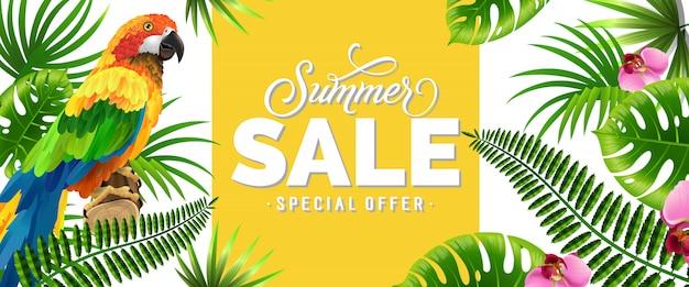 Venta de verano, banner de oferta especial con hojas de palma, flores tropicales y loro.