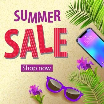 Venta de verano, compre ahora flyer con flores tropicales violetas, gafas de sol, hojas de palma