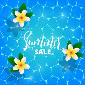 Venta de verano. ilustración de frangipani o plumeria flores flotando en el agua de cristal brillante piscina. banner de venta de verano