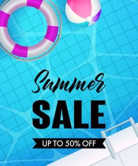 Venta de verano letras, agua de piscina, salvavidas y pelota.