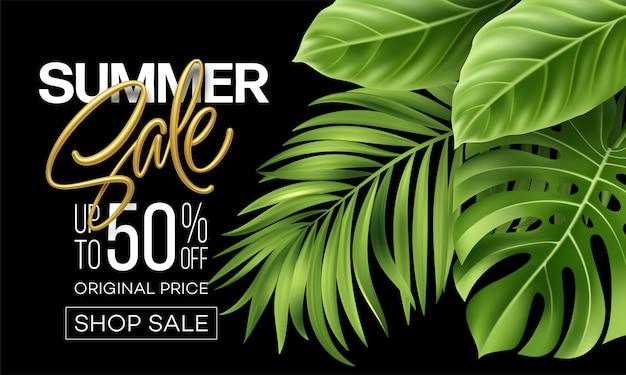Venta de verano metálico letras sobre un fondo brillante de hojas verdes tropicales de plantas.
