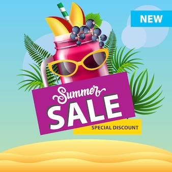 Venta de verano, nuevo cartel de descuento especial con taza de licuado de bayas, gafas de sol