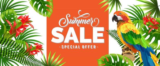 Venta de verano, oferta especial bandera naranja con hojas de palma, flores tropicales rojas y loro