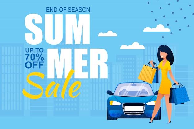 Ventas de verano al final de la temporada. banner publicitario con bolsas de papel de compras que llevan de la mujer bastante feliz y posición cerca del coche en paisaje urbano.